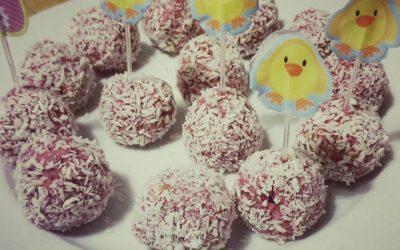 Bolitas de almendra y frambuesas cubiertas de coco
