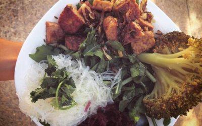 Tempeh con verduras y fideos de arroz.